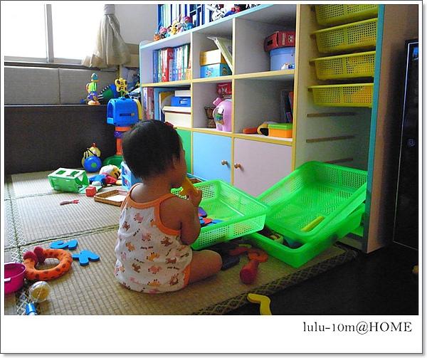 10m26d-翻箱倒櫃找玩具這點有學到哥哥的精隨