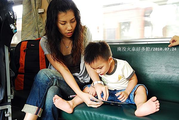 沒有大玩具,媽媽最後同意買了這本貼畫本,一上火車馬上開玩