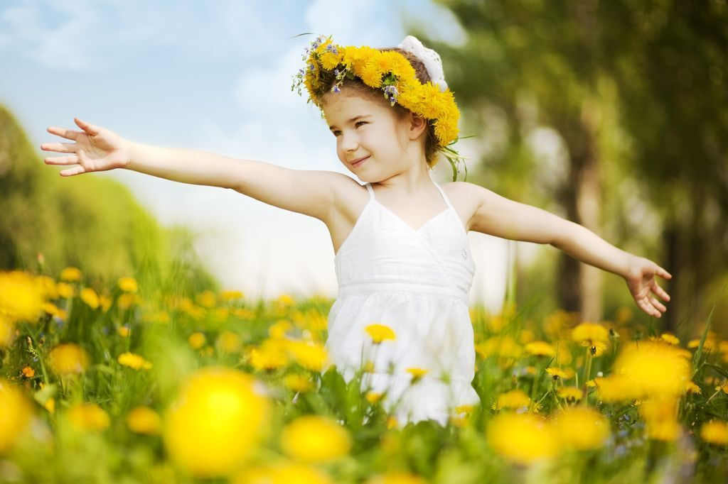 little_girl_with_flower_in_field
