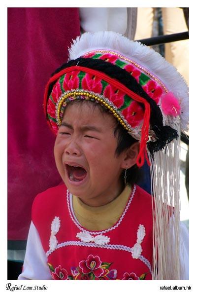大理沙坪市集愛哭的小女孩