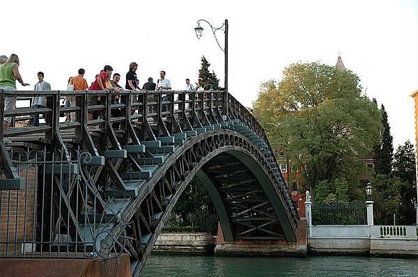 800px-Ponte_dell`Academia_(20050526-032)  Ponte dell