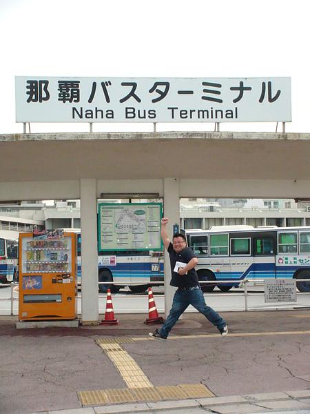 那霸公車總站前跳很高