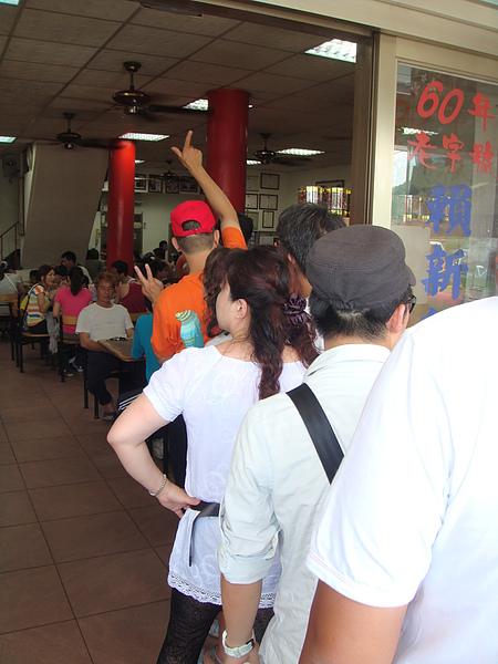 裡面滿滿是人…外面也一隊人在排