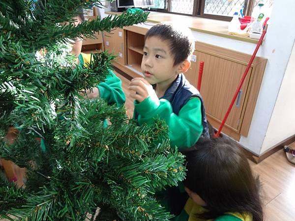 104.12.11聖誕樹布置 (2)