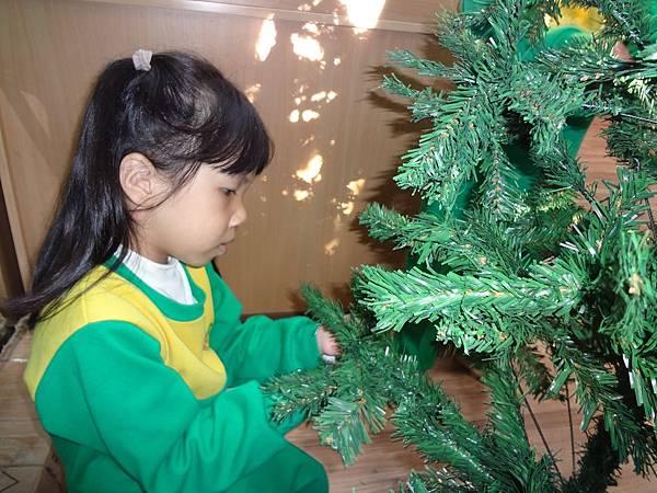 104.12.11聖誕樹布置 (9)