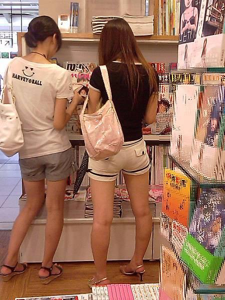 白褲下的內褲痕 004