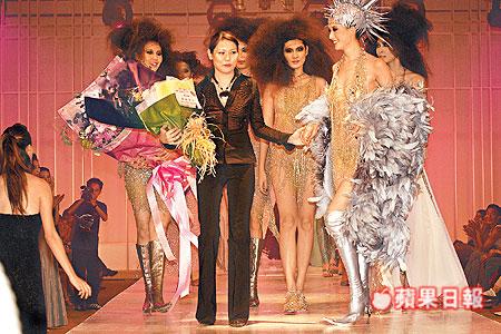 2003年中林志玲為台灣設計師黃淑琦穿鏤空鐵鍊裝走秀