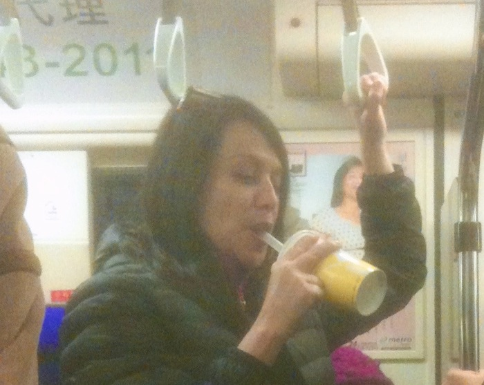 外國人捷運喝飲料