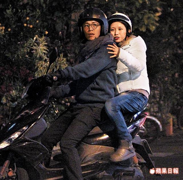 眼鏡男騎機車載雞排妹離去 素顏的她前胸貼後背緊摟男友
