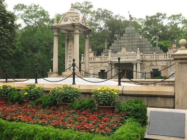 800px-Huanghuagang_Mausoleum_of_72_Martyrs.jpg
