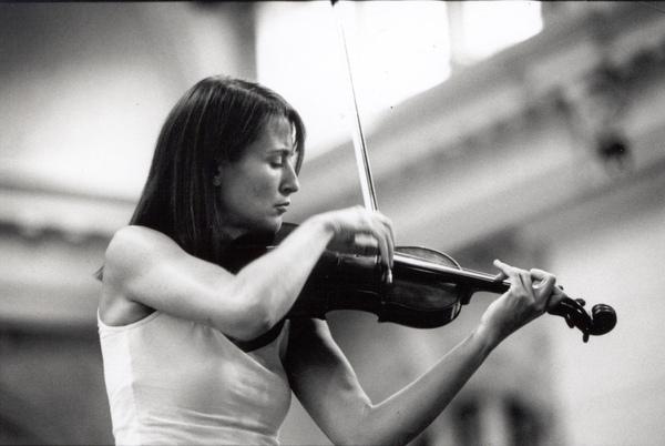 Mullova con violino.jpg