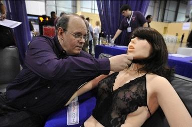 世界首款性愛機器女郎Roxxxy.png