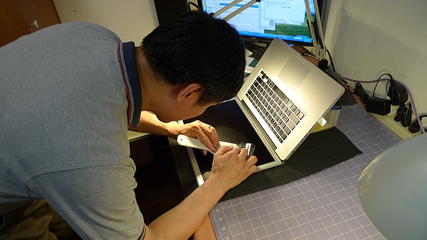 "Apple Macbook pro15""AG霧面版貼頂級AR鍍膜(螢幕保護貼)15.jpg"