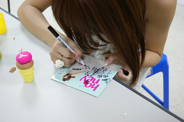 瑤瑤郭書瑤的簽名照