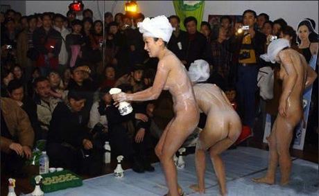 陸女當街脫光洗澡 三點全露只為推銷沐浴乳