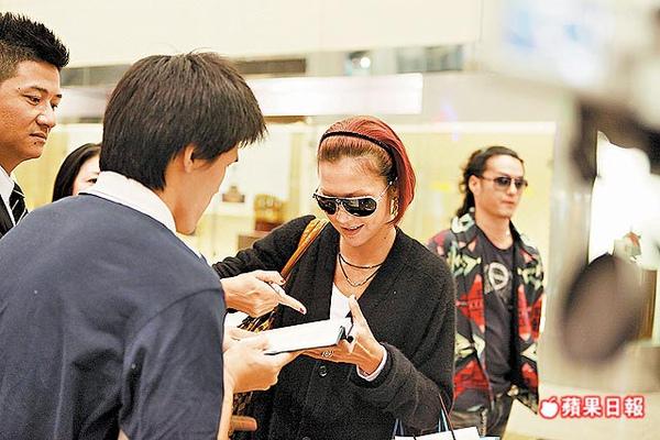 土屋安娜昨在桃園機場親切為粉絲簽名