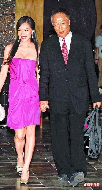 鴻海集團董事長郭台銘(右)前晚帶老婆曾馨瑩出席婚宴,包20萬元大紅包。