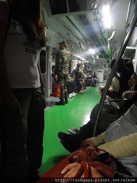 燈光突然暗下來,列車速度變慢的地鐵車廂內
