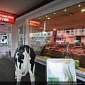隔壁是肉店,門口為什麼要擺乳牛我也不懂...