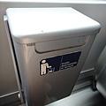 每個座位旁邊都有垃圾桶