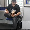 亂拍- 德國人真的很愛看書! 幾乎每個人坐下來都在看書~ 沒看到滑手機的