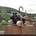 青銅鑄成的猴子,手上拿著一面銅鏡,傳說摸摸它會帶來好運