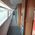 車內走廊,旁邊是包廂式的座位
