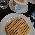 貴鬆鬆的早餐...一杯卡布+panini麵包=7.5歐...合台幣約285