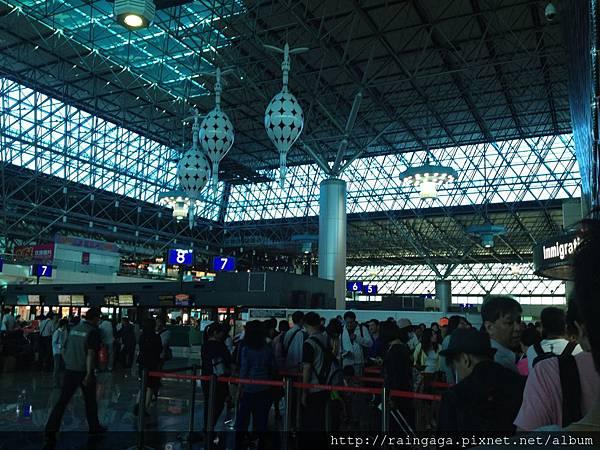才早上7點多..機場就這麼多人