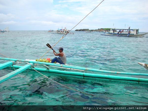海上有划船賣椰子水的小販
