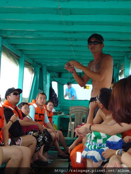 導遊Ralph 正在示範怎麼釣魚