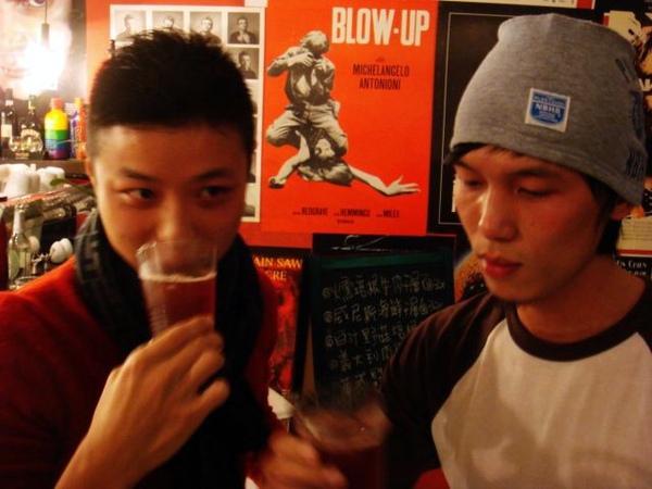 臉很紅的兩位酒鬼同學