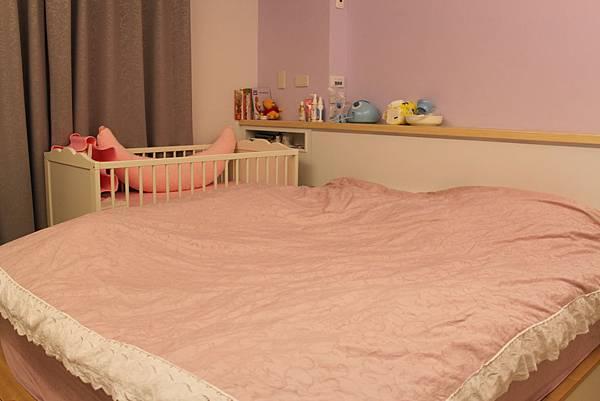 1021220嬰兒床搬入主臥.JPG