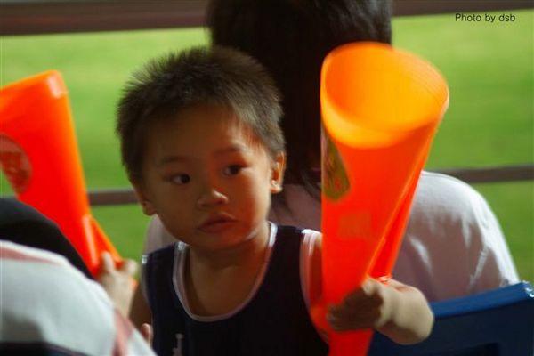 看球遇到的可愛小孩子.jpg