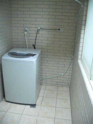 玄關。有洗衣機。這大概也是一半玄關吧