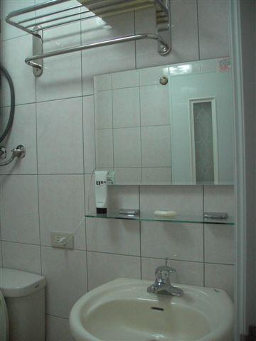 浴室。鏡子應該是有燈的?可是我不會用