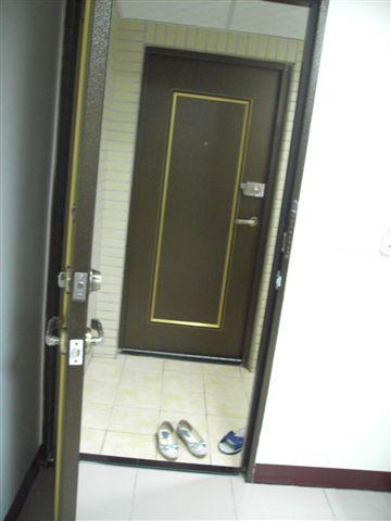 兩道門總共六到鎖啦,我阿母說像飯店的那條鐵鍊很好玩。