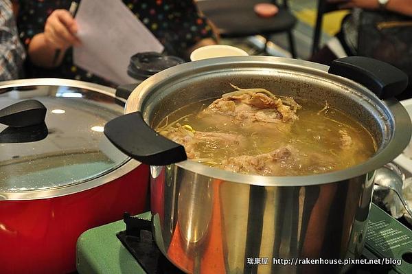 現熬大骨湯頭,是台南擔仔麵美味關鍵之ㄧ.JPG
