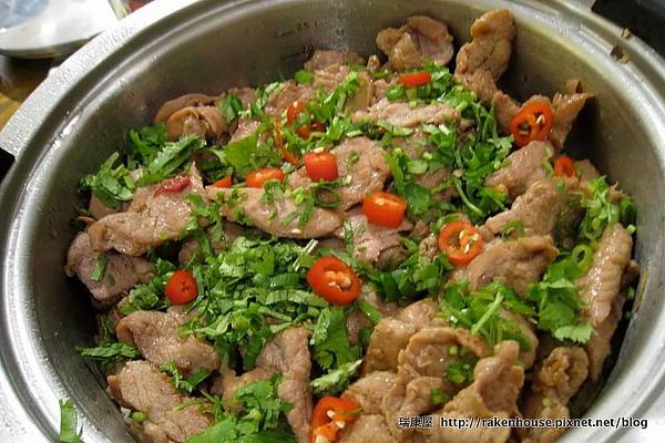 柳松菇肉片飯,滿滿的肉片鋪在飯上.jpg