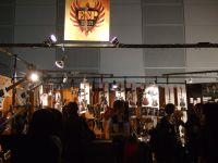 3-4 ESP樂器專區擠滿朝聖的樂迷.jpg