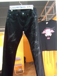 3-8 La'cryma Christi全員簽名牛仔褲,吸引歌迷爭相拍照留念.jpg