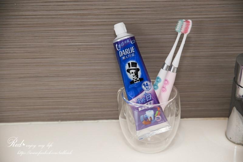 黑人全亮白多效護理牙膏 (10).JPG