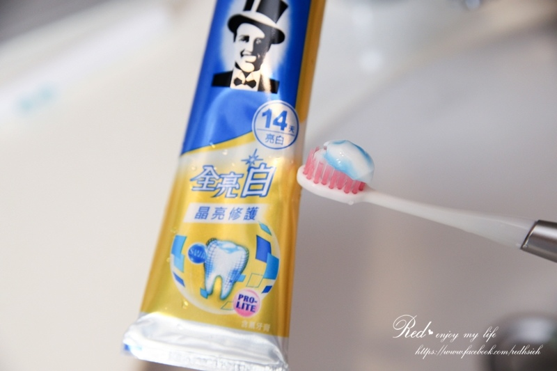 黑人全亮白多效護理牙膏 (18).JPG