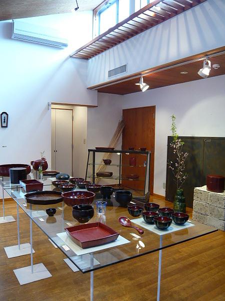 光線、玻璃、原木的售陶商業空間組合