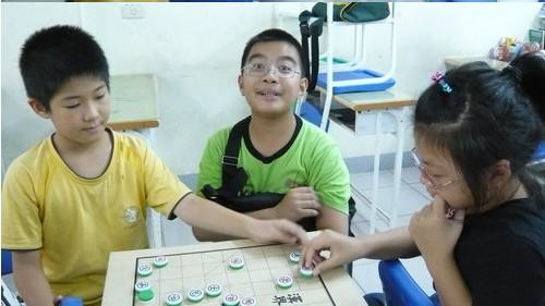 玩象棋的小孩與旁邊的白痴兒童.jpg