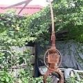 鄭陽晟為屏東黑鮪魚季所作的作品,現則擺在家裡的庭園作地標.jpg