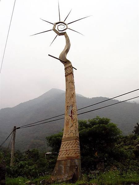 古勒勒為安坡村所作的大型地標《部落之柱》(2001).jpg