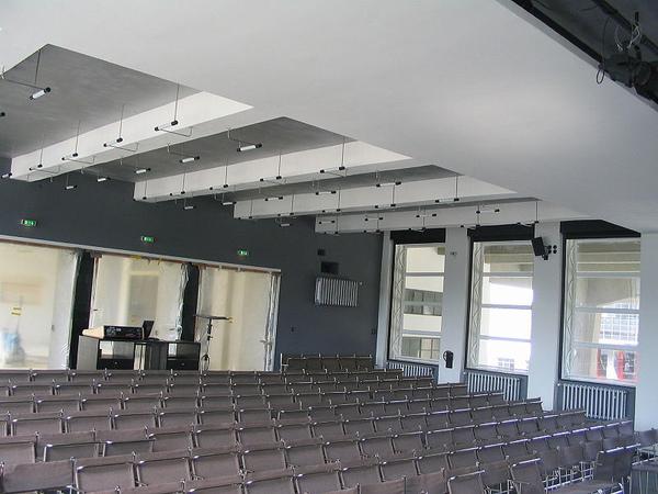6.800px-Bauhaus-Dessau_Festsaal.jpg