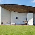 9.800px-Notre_Dame_du_Haut_Freiluftkapelle2(ws).jpg