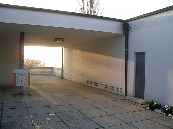 2.800px-Villa_Tugendhat_entrance.jpg
